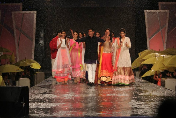 Manish Malhotra thanking the crowd