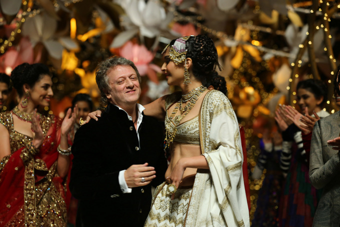 India Bridal Fashion Week Delhi 2013 - Sonam Kapoor as the showstopper for Rohit Bal's Collection_1