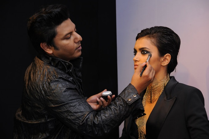 Sonic Sarwate creating the beauty look 'Reb elle' at the Autumn Winter trends 2013 presentation (1)