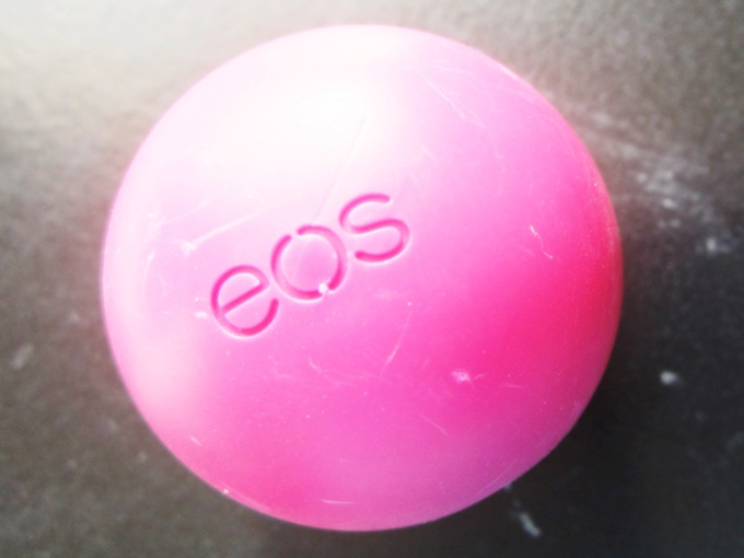 EOS Smooth Sphere Lip Balm In Pomegranate Raspberry Review (1)